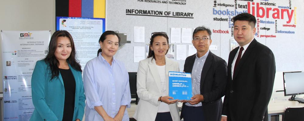 """""""Трансвест Монголиа"""" компанийн хамт олон МГТИС-ийн оюутнуудад ном бэлэглэлээ"""